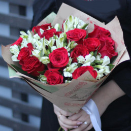 Букет из 11 красных роз 7 альстромерий