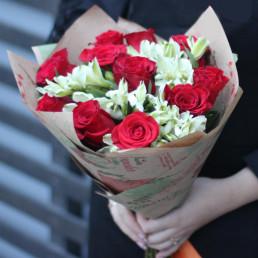 Букет из 11 красных роз 4 альстромерий