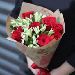 Букет из 7 красных роз 4 альстромерий