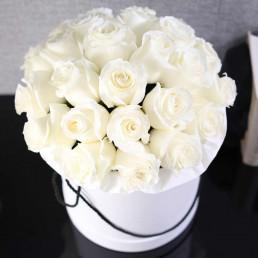25 белых роз в белой коробке