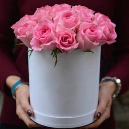 25 розовых роз в белой коробке