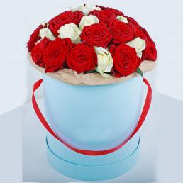 25 красных и белых роз в белой коробке