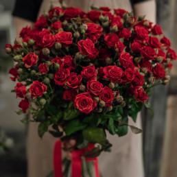 15 красные кустовые розы 50 см