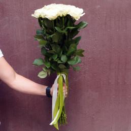 Букет из 25 белых роз 70 см Эквадор