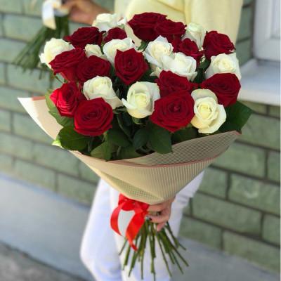 25 белых и красные роз 40 см Кения