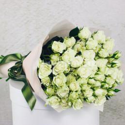 25 белых кустовых роз 50 см