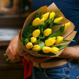 15 желтых тюльпана